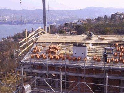 un carpentiere mentre costruisce un tetto in legno