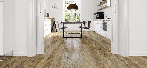 una cucina con un pavimento in parquet