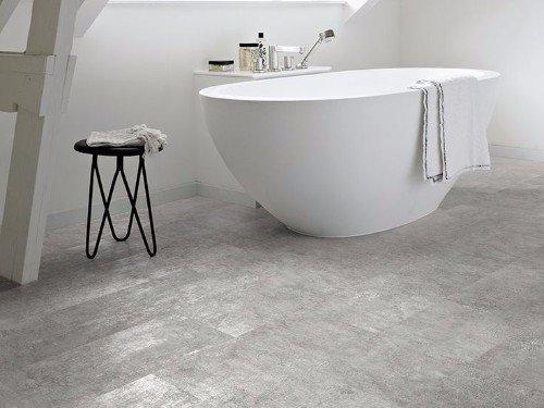 un bagno con  piastrelle di color grigio