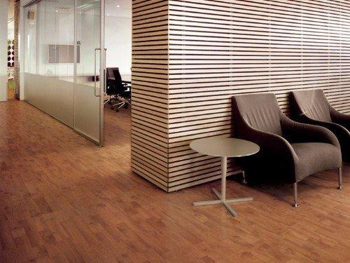 un ufficio con delle poltrone e un pavimento in legno