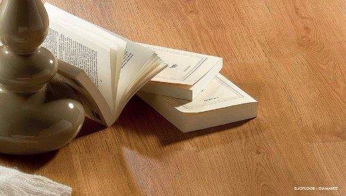 un pavimento in legno e dei libri appoggiati sul pavimento
