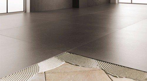 un pavimento a piastrelle nere