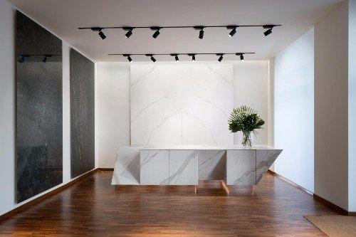 un ufficio con un pavimento in legno