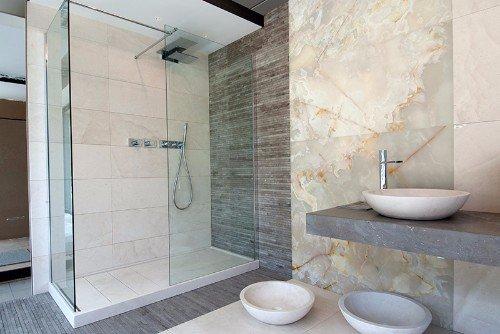 un bagno con un box doccia e i muri rivestiti in marmo