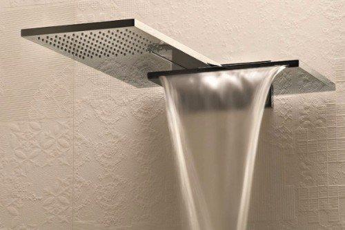 una doccia con l'acqua che scende a cascata