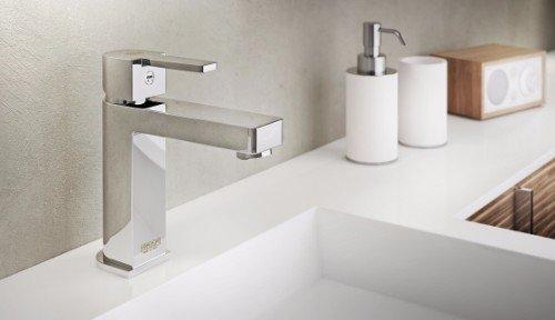 un lavabo con un rubinetto in acciaio