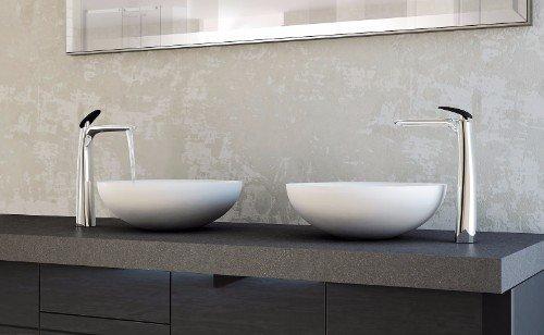 una mensola grigia con due lavandini rotondi con rubinetto moderni