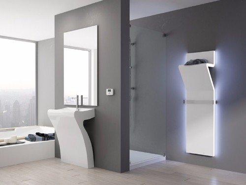 un bagno con un lavabo moderno e uno specchio a muro