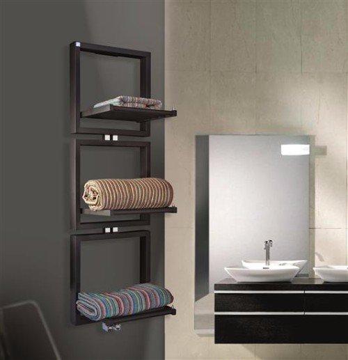 un bagno con delle mensole a muro con sopra degli asciugamani