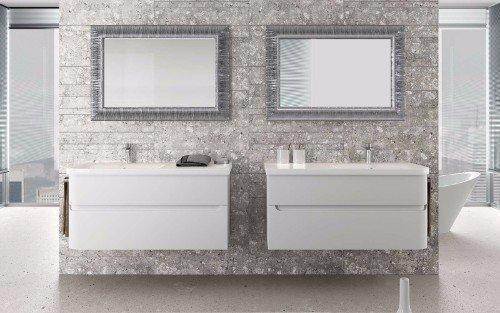 un bagno con due mobile da lavandino di color bianco con due specchi a muro