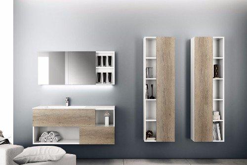 un bagno con un mobile da lavandino di color bianco e legno e accanto due mobili a muro con delle mensole