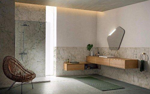 una poltrona moderna e un mobile in legno a muro con lavandino