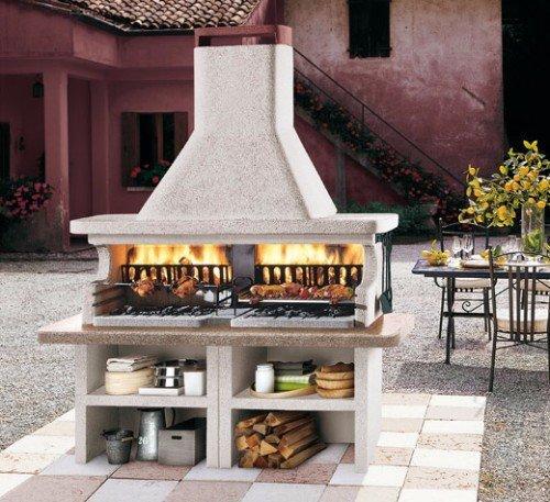 un barbecue con le fiamme ardenti
