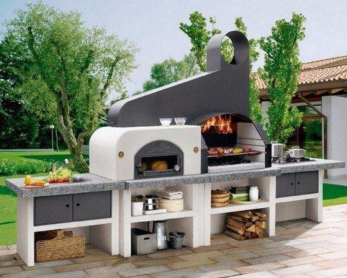una postazione barbecue in un giardino