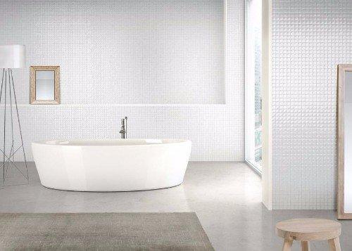 un bagno con una vasca e  muri con piastrelle lucide