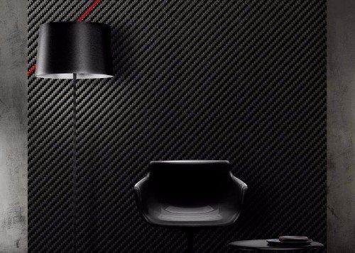 una sedia e accanto una lampada da terra di color nero