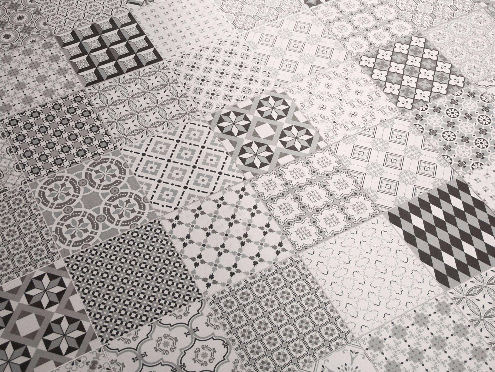 un pavimento con delle piastrelle a  disegni di color bianco e nero