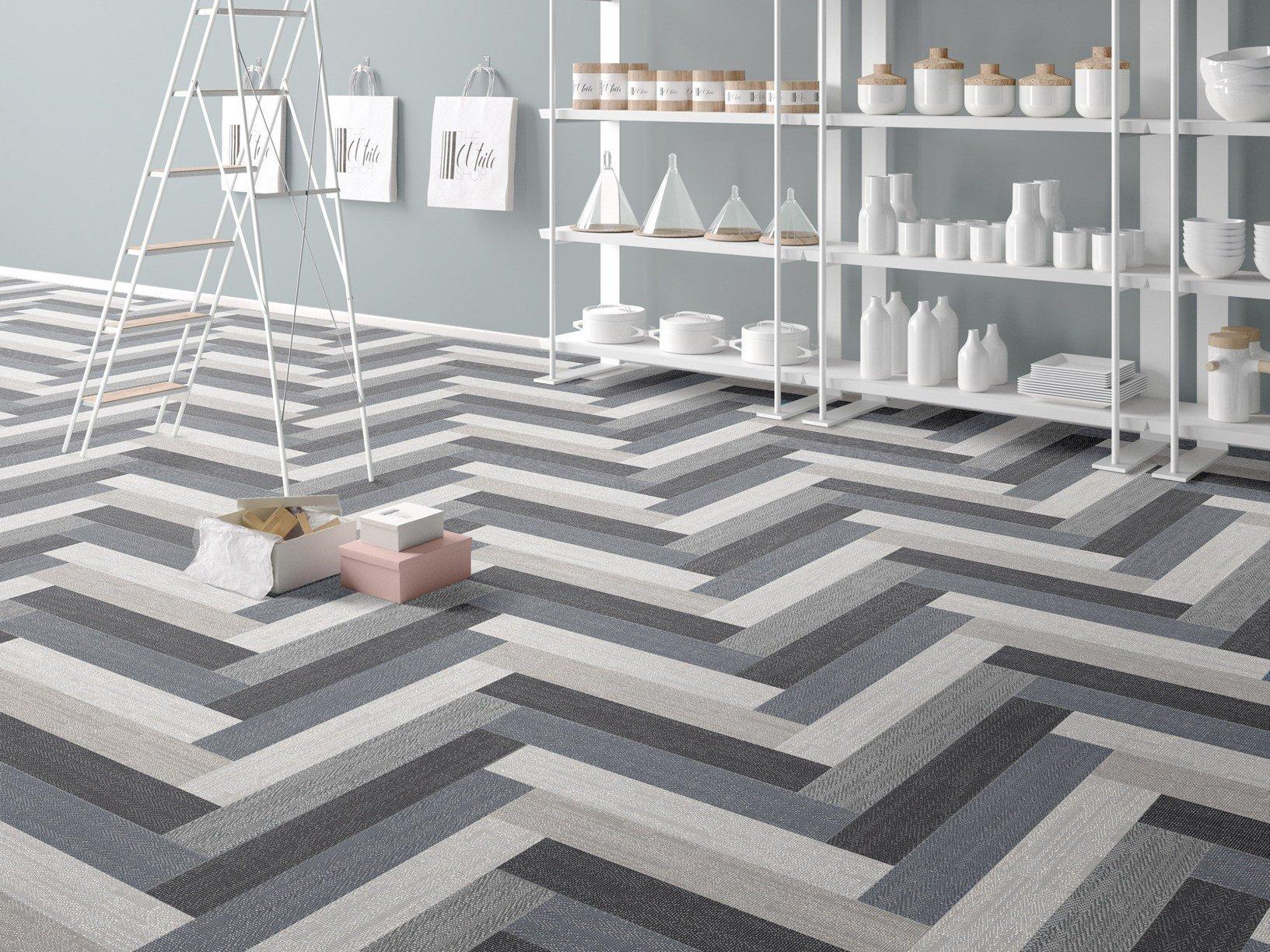 un pavimento con le piastrelle color grigio, nero e bianco
