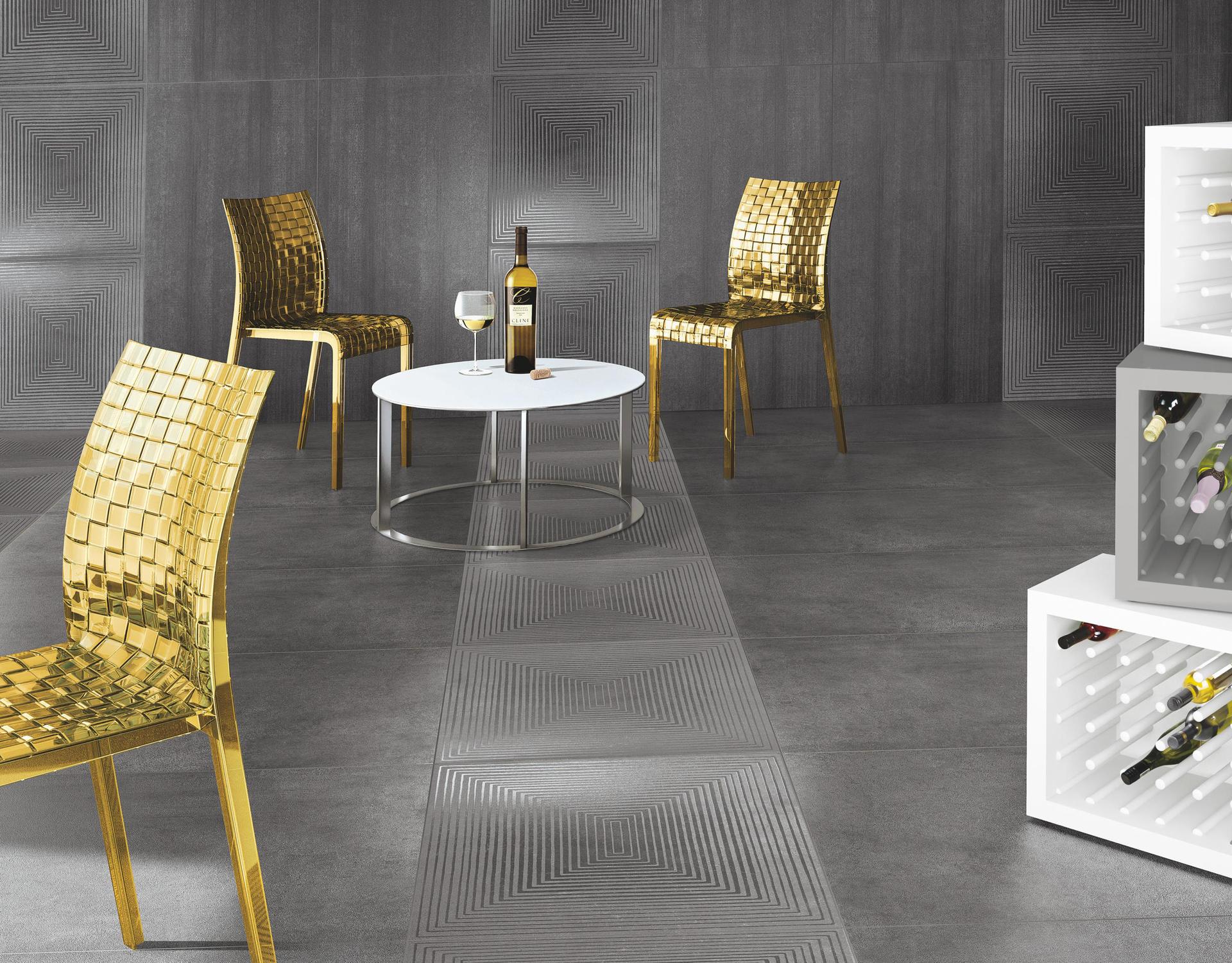 pareti e pavimento in piastrelle grigie e delle sedie dorate