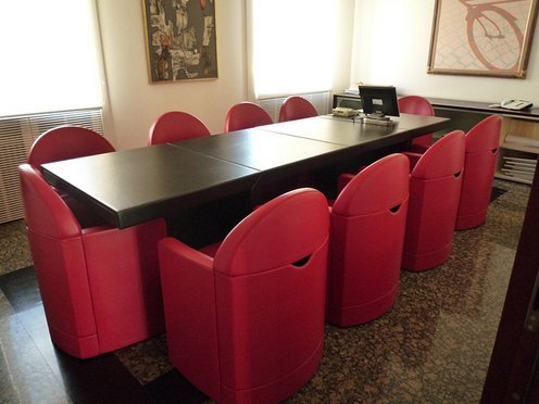 sala riunione con tavolo e sedie