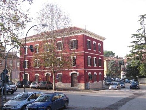 Edificio con facciata ristrutturata