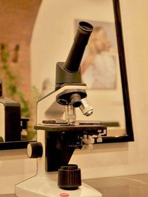 microscopio per analisi dei capelli