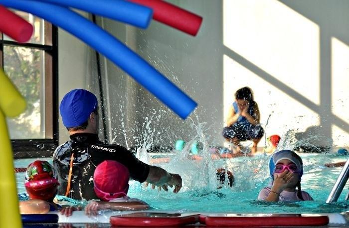 istruttore e bambini in piscina
