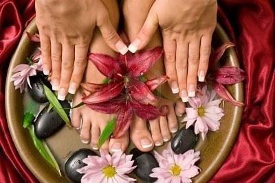 Mani e piedi di una donna adornati con fiori di loto
