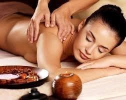 estetista esegue massaggio alla schiena a giovane donna
