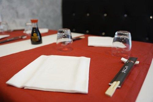 La tavola pronta con i bacchette e la salsa di soia