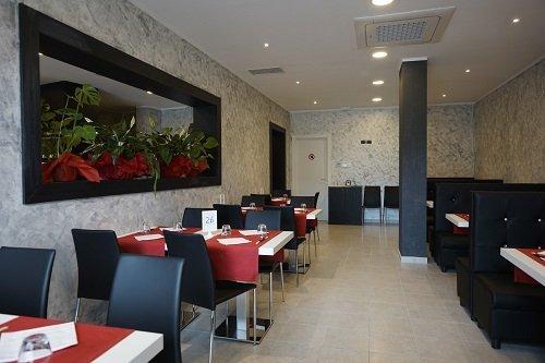 Interno del ristorante, predominano i colori grigio e nero