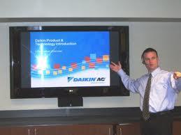 un uomo che illustra i prodotti su un monitor