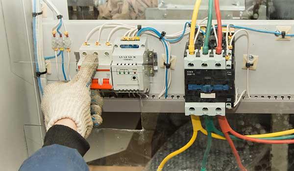 Lavori su un pannello elettrico