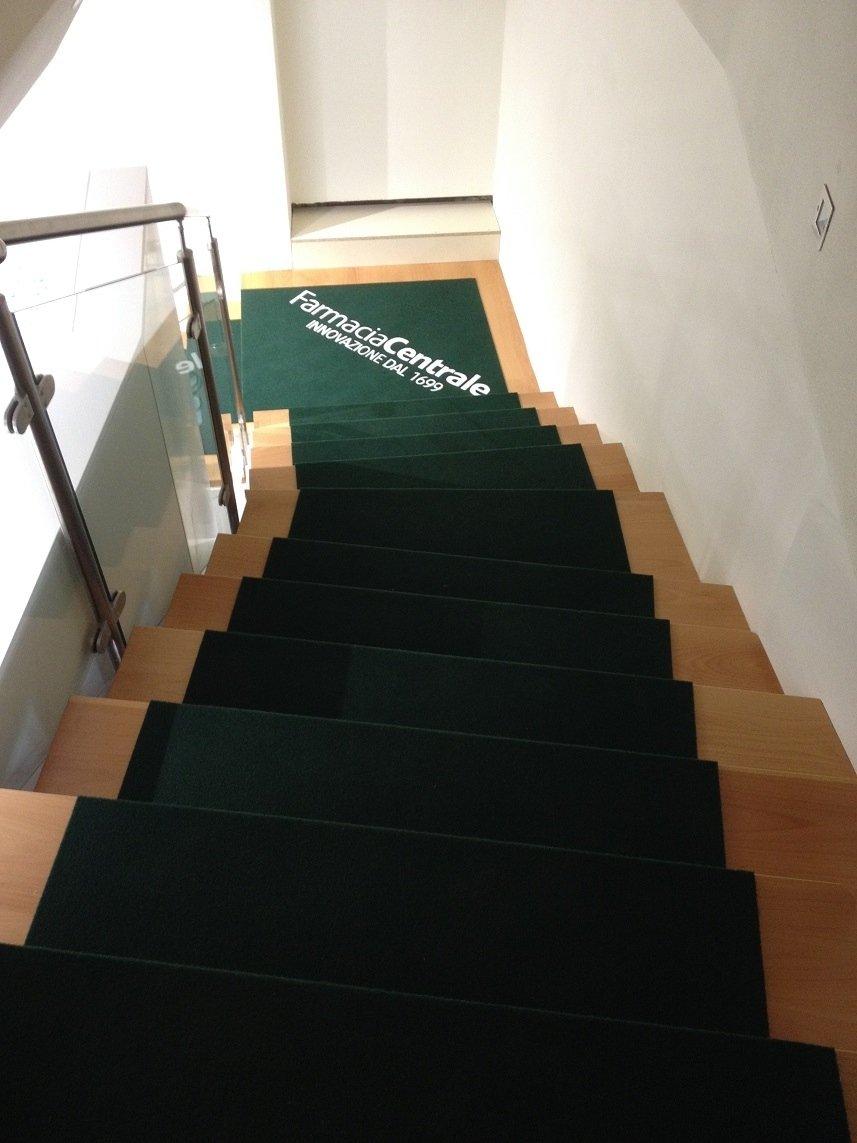 passatoia nera lungo le scale