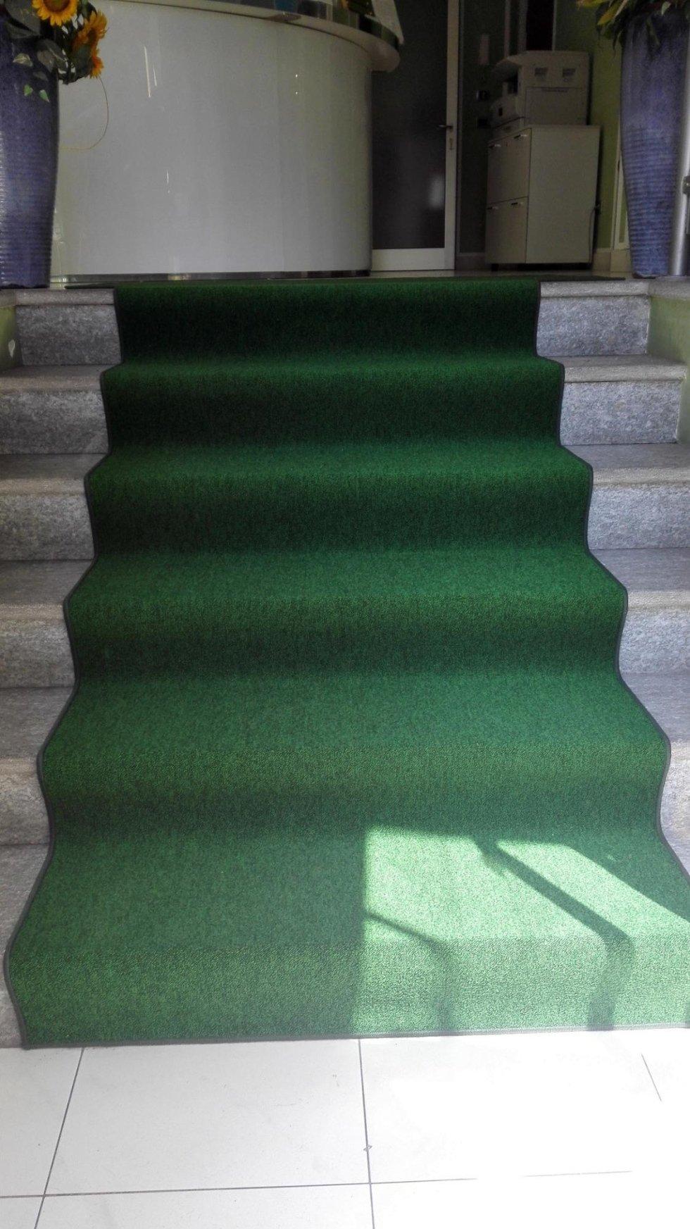 passatoia verde su gradini