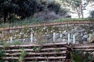 dettaglio del terrazzamento in legno e muretto in pietra