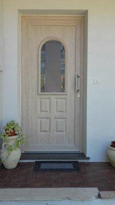 porta di ingresso in legno e vetro,