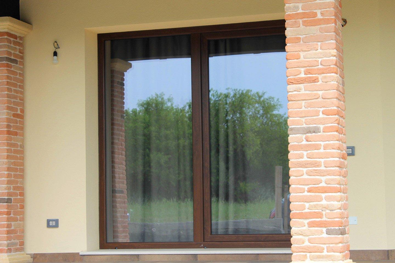 finestra con vetri chiusi