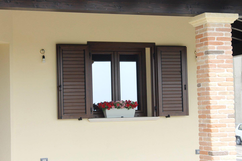 finestra con fiori sul balcone