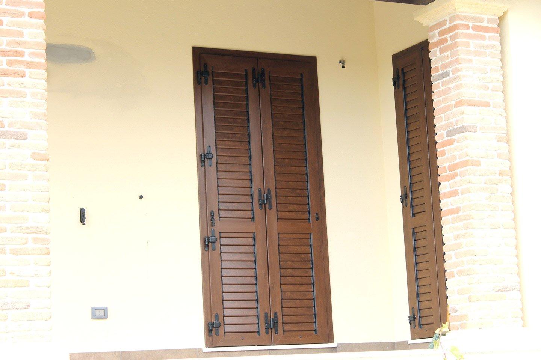 porta finestra con persiane chiuse