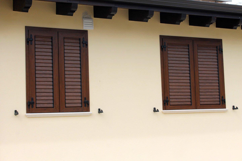 due finestre con persiane chiuse