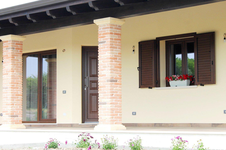 casa indipendente con colonna