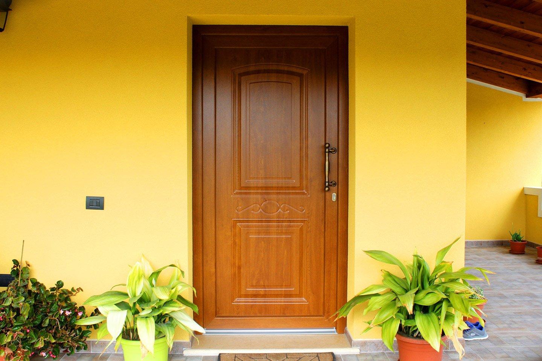 vista frontale porta di entrata on legno in un edificio giallo