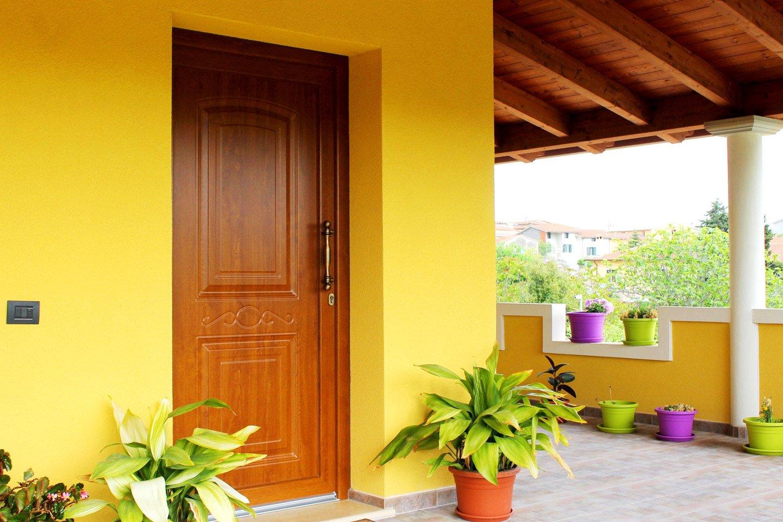 porta di entrata on legno in un edificio giallo