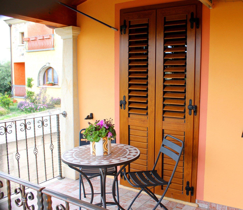 porta finestra con persiane chiuse e tavolino davanti