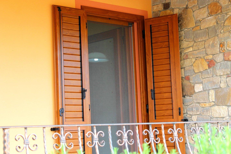 persiane di una finestra aperte