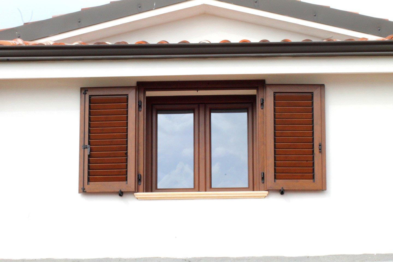piccola finestra con persiane