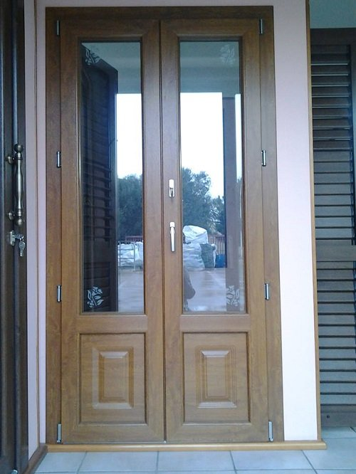 una porta finestra in legno