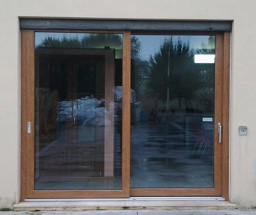 una porta finestra marrone scorrevole
