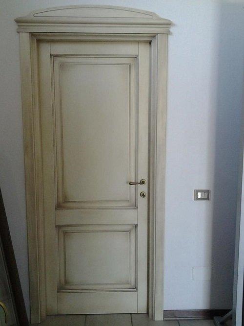 una porta in legno bianco